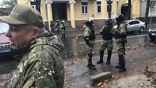 Сотрудники украинских спецслужб рядом с домом Александра Авакова в Харькове