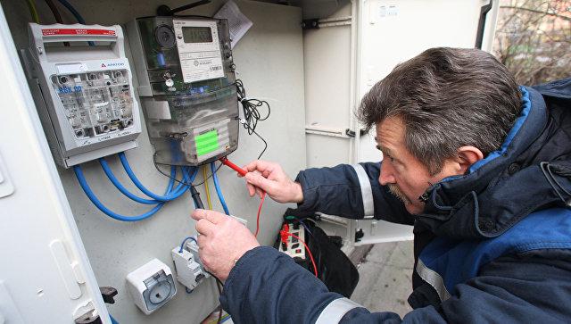 Проверка общедомового прибора учета потребления электроэнергии. Архивное фото
