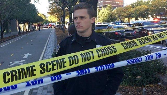 В американской церкви прихожанин случайно выстрелил в себя и в жену