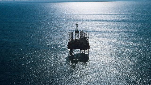 Самоподъемная плавучая буровая установка ведет разработку нефтегазоносных месторождений на шельфе. Архивное фото