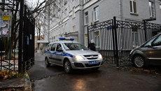 Полицейский автомобиль у здания политехнического колледжа №42 на Гвардейской улице в Москве. 1 ноября 2017