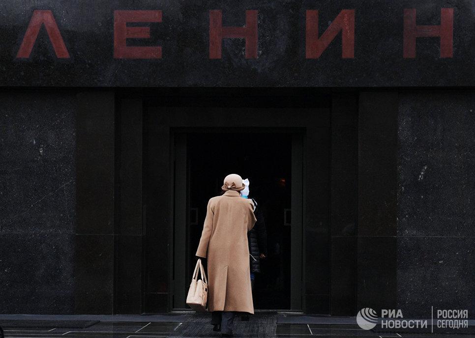 Посетители заходят в Мавзолей В.И. Ленина на Красной площади, который открылся после ремонта