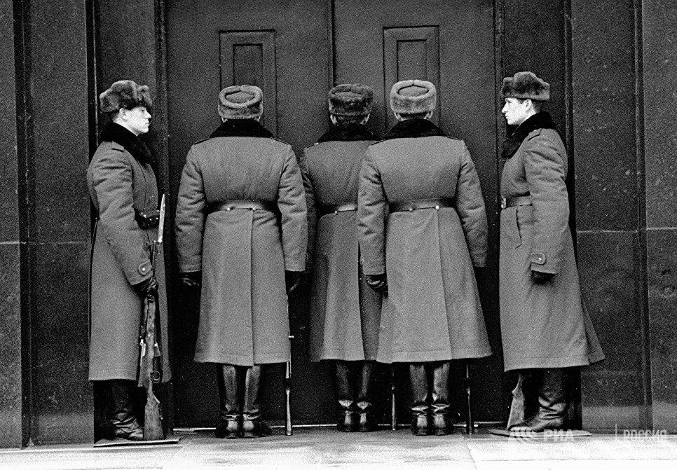 Смена почетного караула около Мавзолея В. И. Ленина
