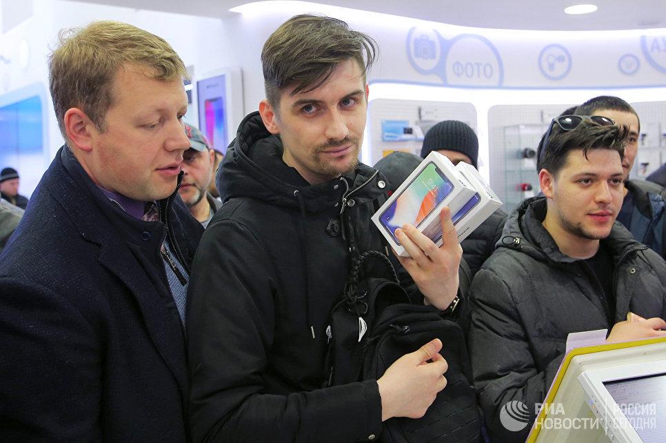 Старт продаж iPhone X в магазине Связной в Москве. 3 ноября 2017