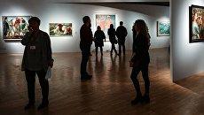 Посетители выставки Некто 1917 в рамках всероссийской культурно-образовательной акции Ночь искусств в Государственной Третьяковской галерее на Крымском валу. 4 ноября 2017
