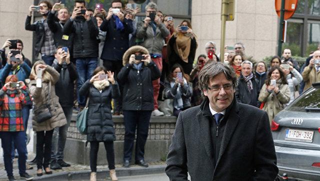 Бывший глава женералитета Каталонии Карлес Пучдемон перед пресс-конференцией в Брюсселе. Архивное фото