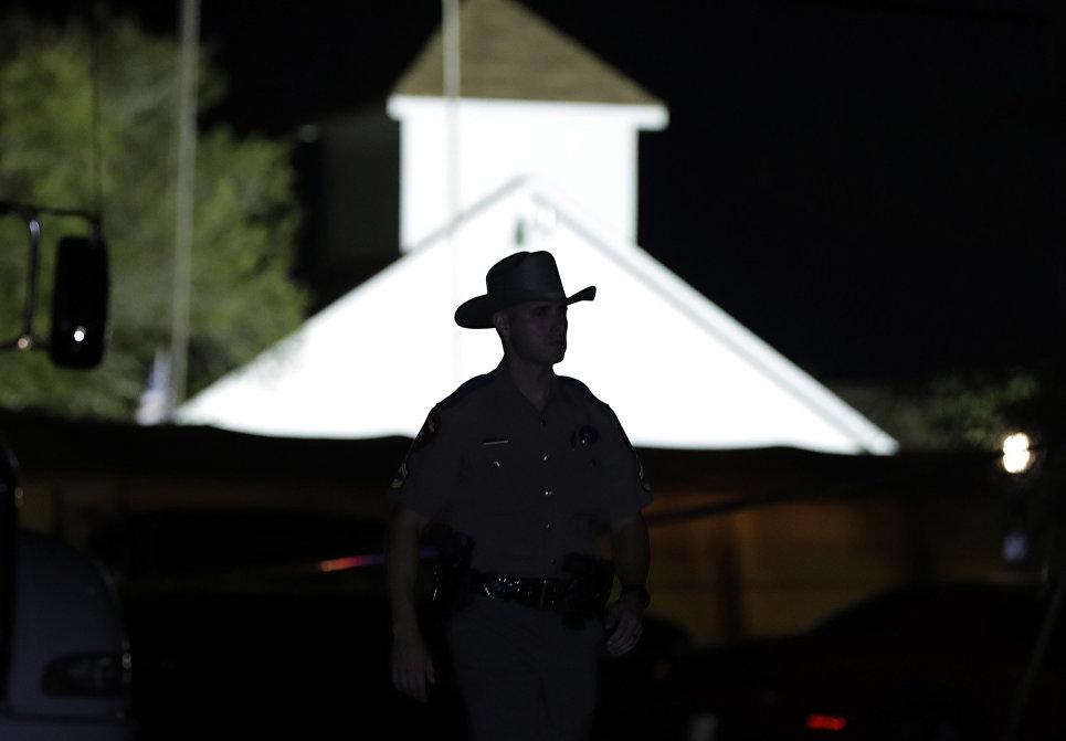 Сотрудник правоохранительных органов США на месте стрельбы у церкви в Сатерленд Спрингс в Техасе, США. 5 ноября 2017