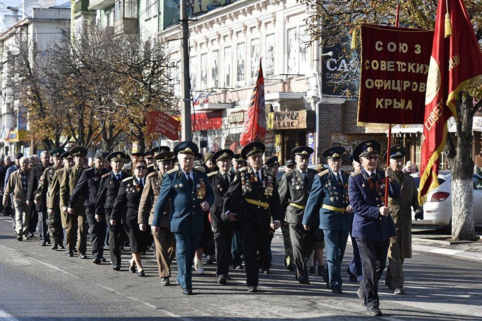 Участники демонстрации в честь 100-летия Великой Октябрьской социалистической революции в Симферополе