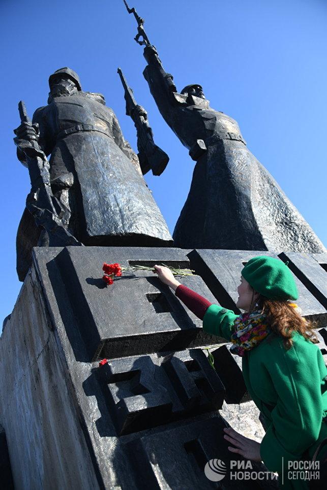 Комсомольцы Читы возлагают цветы к памятнику Борцам революции во время праздничных мероприятий, посвященных 100-летию Великой Октябрьской социалистической революции
