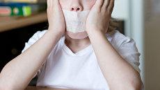 Ребенок с заклеенным ртом. Архивное фото