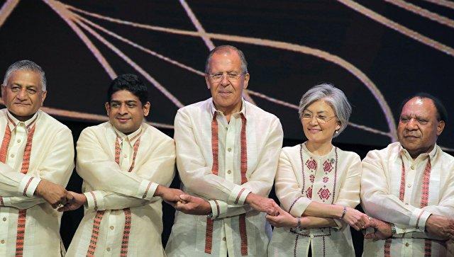 Министр иностранных дел РФ Сергей Лавров во время церемонии совместного фотографирования с министрами иностранных дел стран-участниц АСЕАН перед началом торжественного Галла-ужина на полях саммита в Маниле