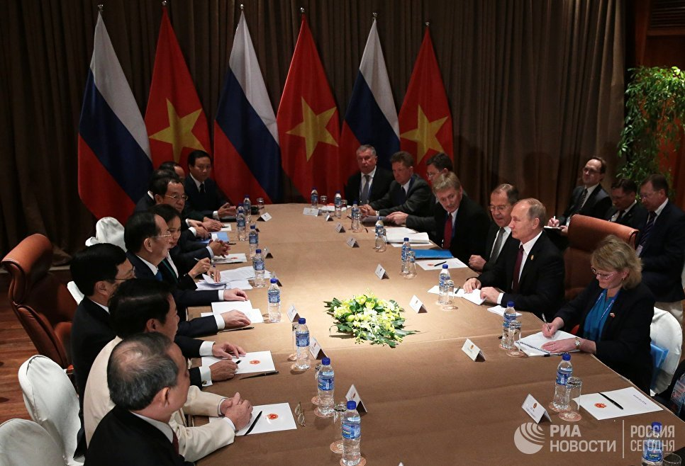 Президент РФ Владимир Путин во время встречи с президентом Вьетнама Чан Дай Куангом на саммите АТЭС. 10 ноября 2017
