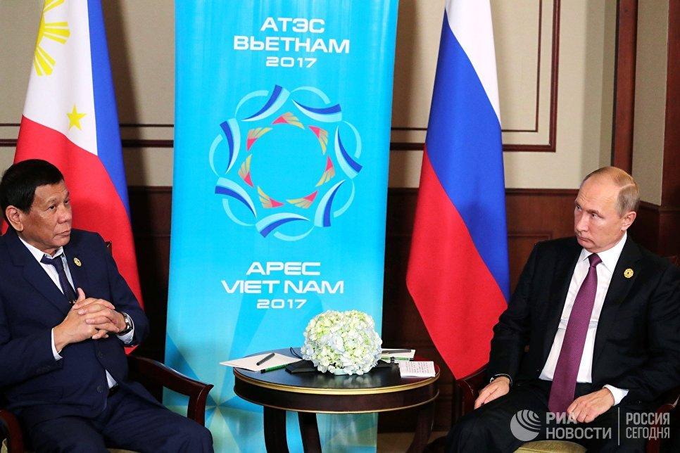 Президент РФ Владимир Путин и президент Республики Филиппины Родриго Дутерте (слева) во время беседы на полях саммита стран Азиатско-Тихоокеанского экономического сотрудничества (АТЭС) во вьетнамском Дананге