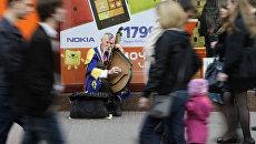 Уличный музыкант с домрой на улице Киева. Архивное фото