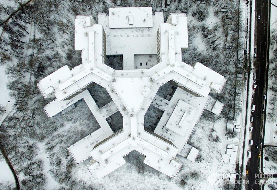 Недостроенное здание Ховринской клинической больницы на улице Клинской в Москве