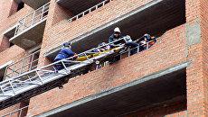 Поисково-спасательные работы на месте обрушения лестничных пролетов в строящемся здании в Саранске. 13 ноября 2017