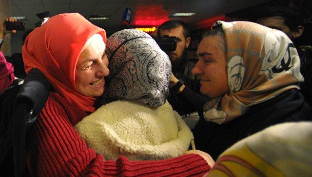 Во время встречи российских детей, возвращенных из Сирии, в аэропорту Грозного. Архивное фото