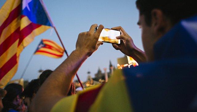 Участники митинга в Барселоне в поддержку референдума о независимости Каталонии. Архивное фото