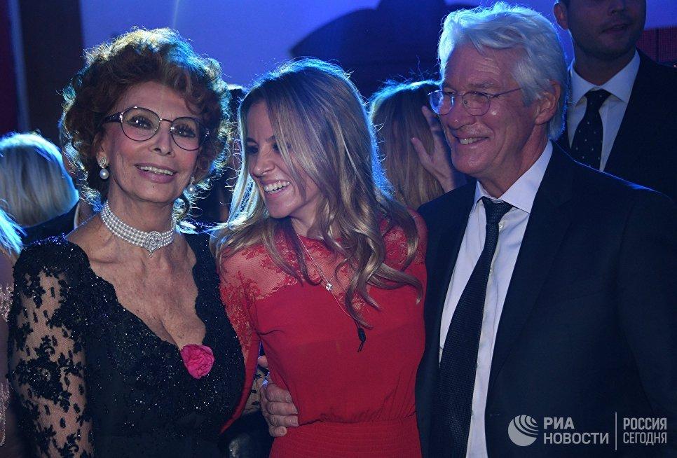 Итальянская актриса Софи Лорен и актёр Ричард Гир на торжественной церемонии вручения международной профессиональной музыкальной премии BraVo в Москве