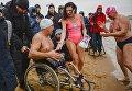 Участники фестиваля зимнего плавания Ледостав после заплыва на пляже у Петропавловской крепости в Санкт-Петербурге
