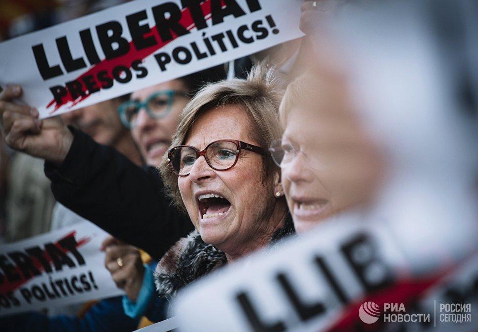 Участники митинга в защиту независимости Каталонии в Барселоне