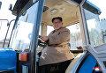 Лидер КНДР Ким Чен Ын во время посещения тракторного завода Kumsong в Пхеньяне
