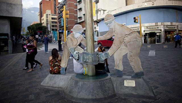 Скульптура нефтяных рабочих, установленная на одной из улиц Каракаса. Архивное фото