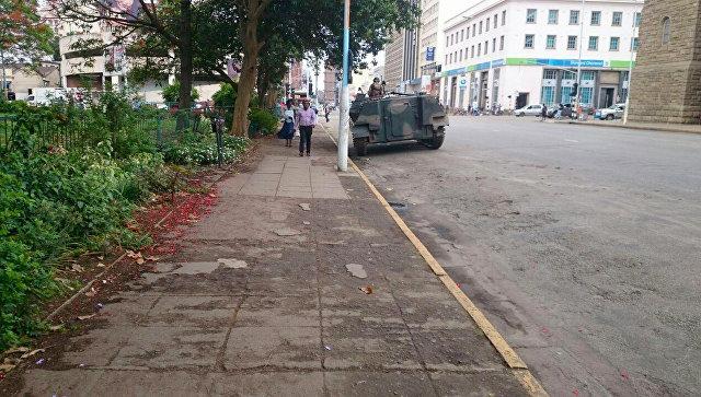 Военная бронетехника на одной из улиц Хараре, Зимбабве. Архивное фото