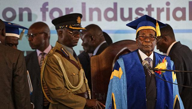 Президент Зимбабве Роберт Мугабе в Зимбабвийском открытом университете на окраине Хараре, Зимбабве. 17 ноября 2017