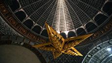 Монтаж в павильоне Космос на ВДНХ люстры-звезды из рубинового стекла. 17 ноября 2017