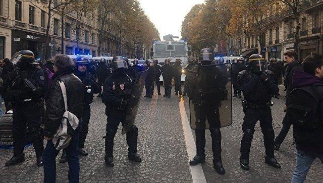 Во время акции протеста в Париже против политики Эммануэля Макрона. 18 ноября 2017