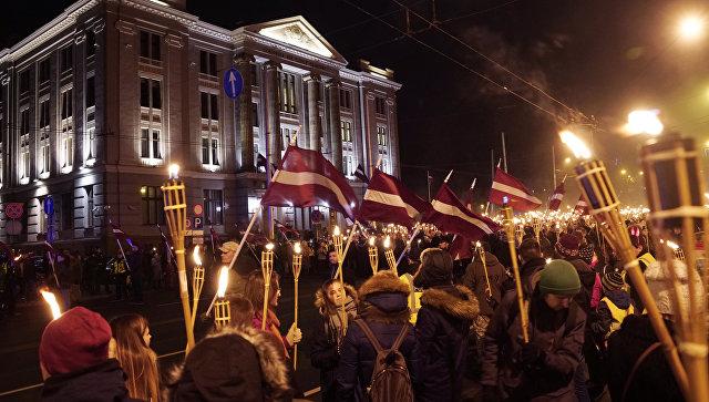 Участники факельного шествия в честь Дня независимости Латвии в Риге. 18 ноября 2017