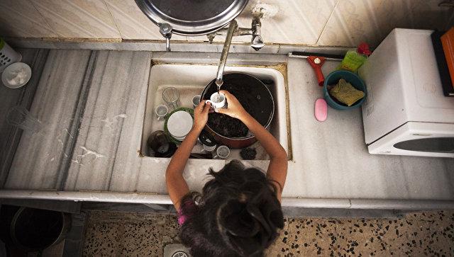 Мытье посуды. Архивное фото