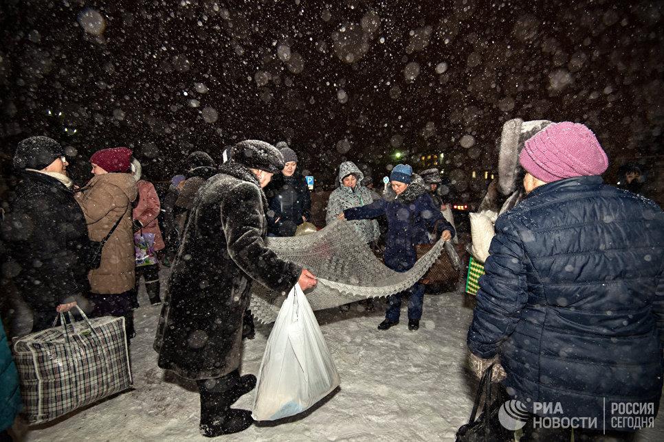 Платочный рынок у станции Саракташ начинает работать с раннего утра. Люди приезжают сюда городов и поселков России, чтобы выбрать платки для дальнейшей продажи или в подарок.