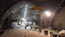 Монтаж в павильоне Космос на ВДНХ люстры-звезды из рубинового стекла. Архивное фото