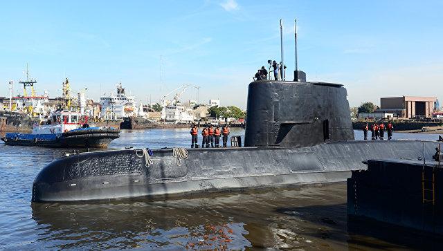 Аргентинская военная подлодка Сан-Хуан покидает порт Буэнос-Айреса с командой на борту