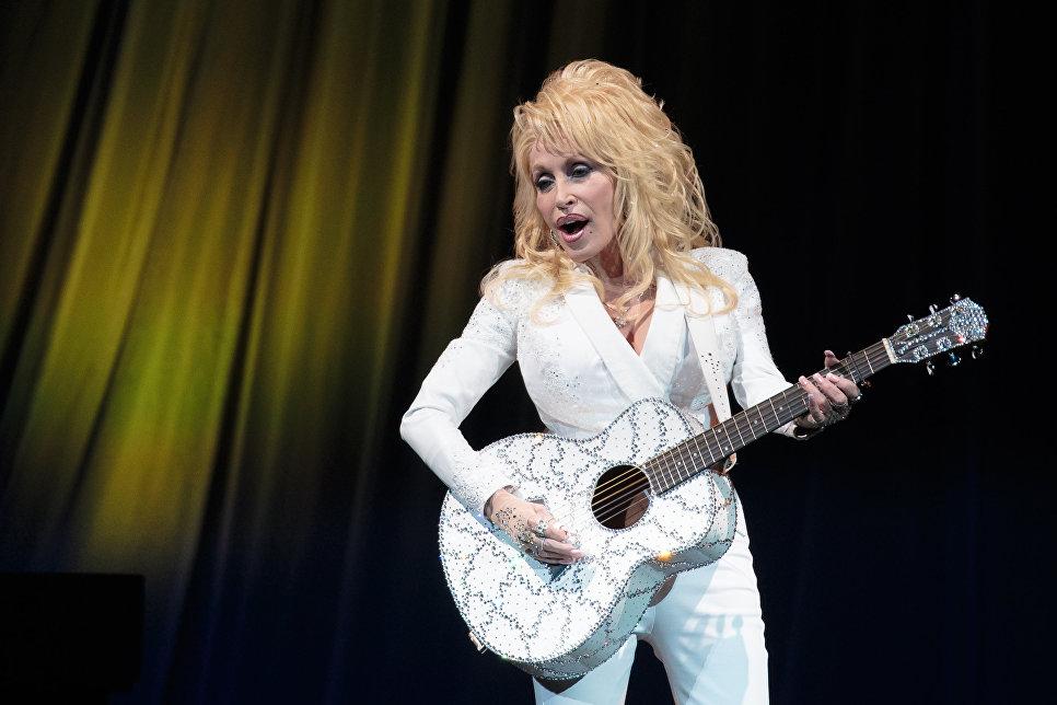 Американская певица Долли Партон во время концерта в Остине, США