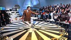 Телеведущий Центрального телевидения Владислав Листьев во время телеигры капитал-шоу Поле чудес