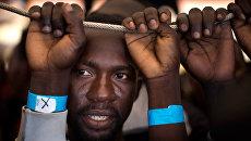 Мигрант из Нигерии на судне недалеко от Сицилии