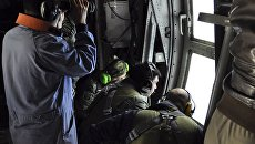 Служащие ВМС Аргентины во время поиска пропавшей подлодки Сан-Хуан  над Атлантическим океаном у побережья Аргентины. 21  ноября 2017