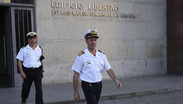 Представитель ВМС Аргентины, капитан Энрике Бальби перед штаб-квартирой ВМС в Буэнос-Айресе. 22 ноября 2017