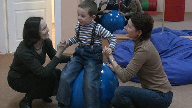 Ребенок проходит реабилитацию в сенсорной комнате, фото из архива