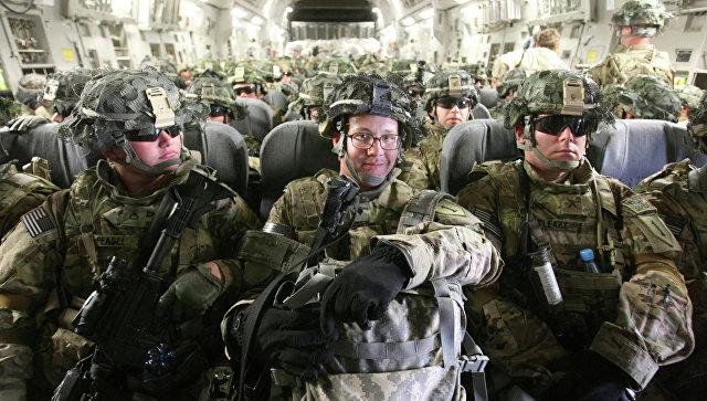 Американские военнослужащие в транспортном самолете перед отправкой в Афганистан. Архивное фото