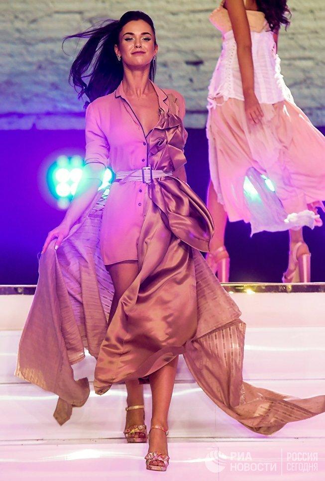 Победительница конкурса Мисс Москва-2017 Елизавета Лопатина на сцене театрально-концертного зала Мир в Москве