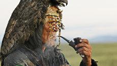 Шаман ожидает восхода солнца во время великого камлания к 9-летию тэнгрианского общества Дух медведя и 90-летнему юбилею образования Тувинской народной республики
