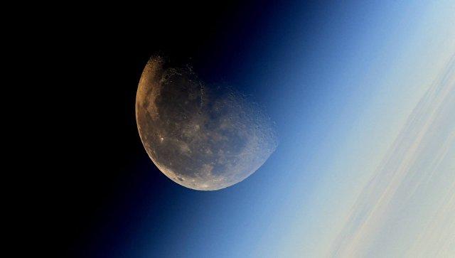 Фотография Луны сделанная космонавтом Роскосмоса Сергеем Рязанским с борта МКС. Архивное фото