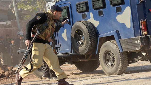 Сотрудники правоохранительных органов возле сельскохозяйственного университета в Пешаваре, Пакистан. 1 декабря 2017