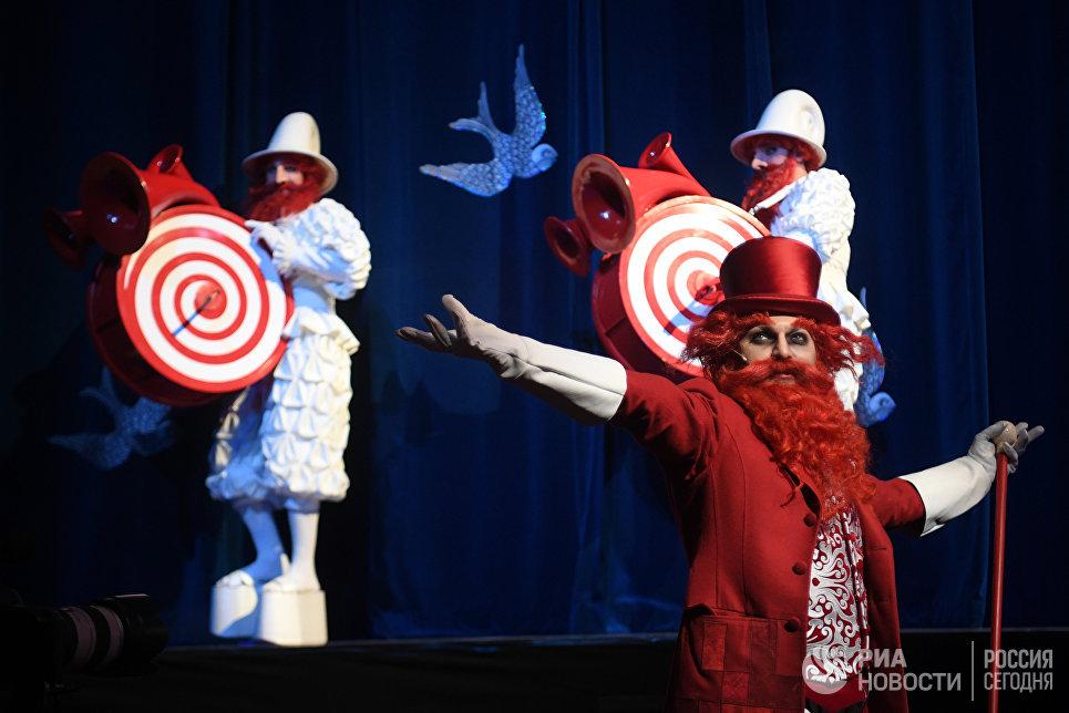 Актеры на прогоне спектакля Синяя-синяя птица в постановке Олега Глушкова на сцене Государственного театра наций