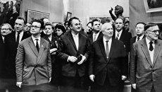 Никита Хрущев в окружении политических и общественных деятелей на выставке в Манеже