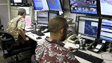 Сотрудники Федерального агентство по управлению в чрезвычайных ситуациях в командном пункте в Гонолулу, Гавайи. Архивное фото